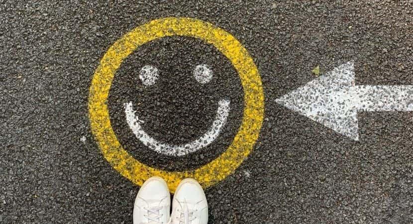 asfalto flecha cara sonriente zapatillas blancas