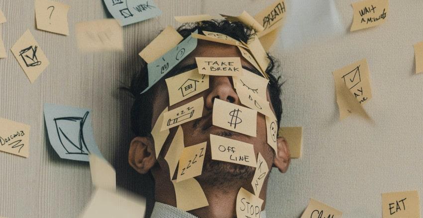 personas post-it cara estrés tareas pendientes