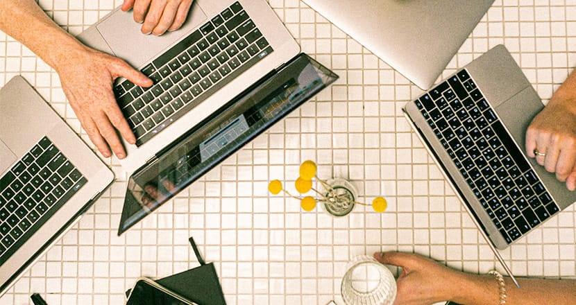 productividad laboral trabajadores ordenadores portátiles escritorio